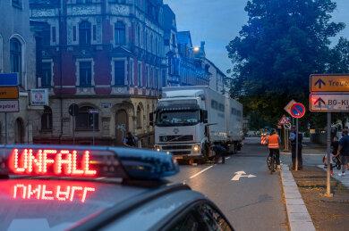 Die Fahrerin eines Renault ist am gestrigen Donnerstagabend in Falkenstein mit einem LKW zusammengestoßen.
