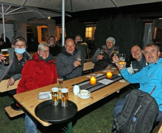 """Unmittelbar nach Mitternacht hat der Biergarten des Restaurants """"Zum Adam"""" geöffnet. 35 Leute kamen und waren sichtlich glücklich."""