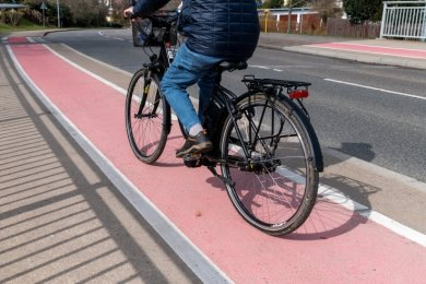 Ein Radfahrer benutzt einen Radweg an der Leipziger Straße in Rochlitz. Die Stadt hat Pläne, das Radfahren weiter zu vereinfachen, will dafür zum Beispiel Einbahnstraßen entgegen der Fahrtrichtung freigeben.
