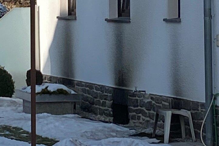 Im Keller dieses Einfamilienhauses brannte es in der Nacht zum Montag. Das Gebäude ist nicht mehr bewohnbar.