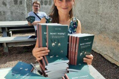 """Stadtschreiberin Maja Mick und Webdesigner Robert Waedow mit Maja Micks neuem Kinderbuch """"Hehe! Huhu!, das in Augustusburg spielt."""