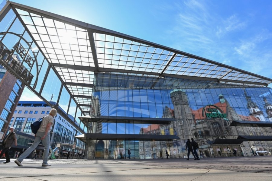 Jahns Chemnitzer Kaufhaus mit seinem weit ausgreifenden Flugdach.