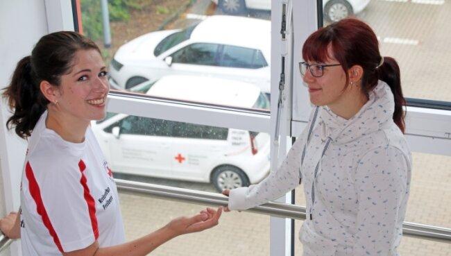 Praxisanleiterin Carolin Kuttig (l.) erklärte zum Azubi-Welcome-Day der Auszubildenden Michelle Schneider alles Wichtige rund um die Pflegeberufe.