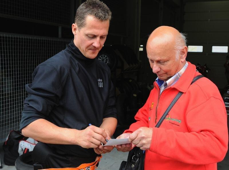 Werner Reiß nutzte am Mittwoch die Gunst der Stunde und ließ sich von Michael Schumacher ein Autogramm geben.