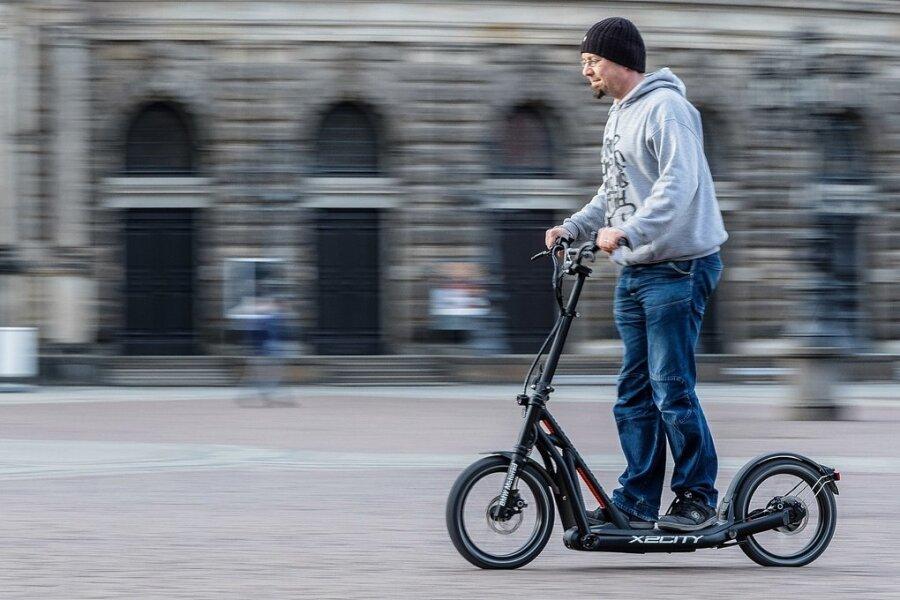 Proberunde - nur fürs Foto - auf dem Platz vor dem Dresdner Semperoper: Redakteur Andreas Rentsch fährt den X2City von BMW.