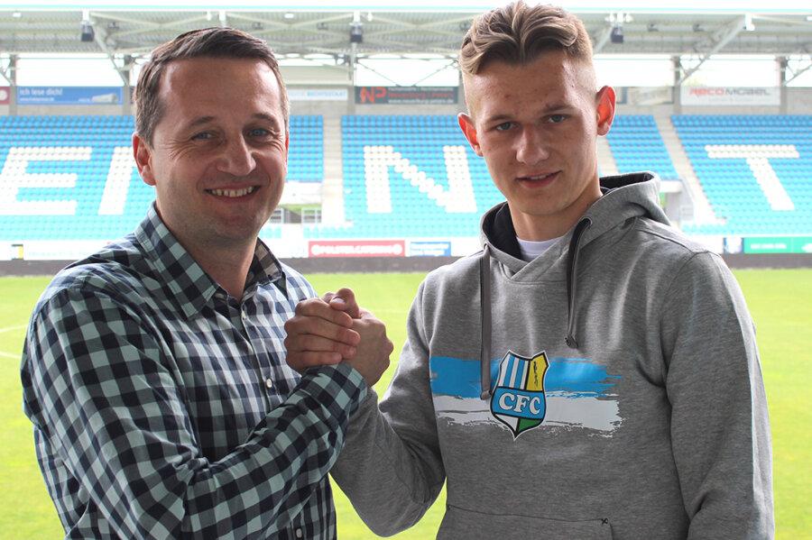 Thomas Sobotzik, Sportvorstand beim CFC, und Neu-Profi Erik Tallig