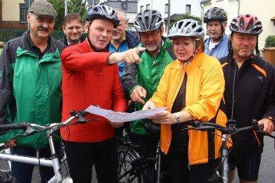 2016 waren die Zeiten hoffnungsvoller. Damals zeigte die Landtagsabgeordnete Ines Springer (4.v.r.) dem Staatskanzleichef Fritz Jäckel die Schwachstellen des Radwegs zwischen Glauchau und Waldenburg.