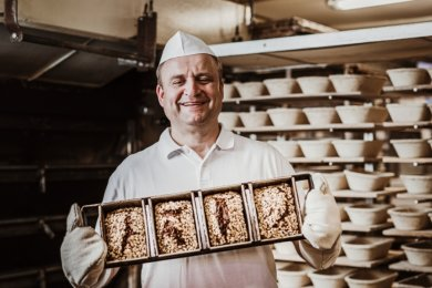Dirk Selbmann in seiner Backstube in Brand-Erbisdorf. Im Angebot sind neue Brotsorten.