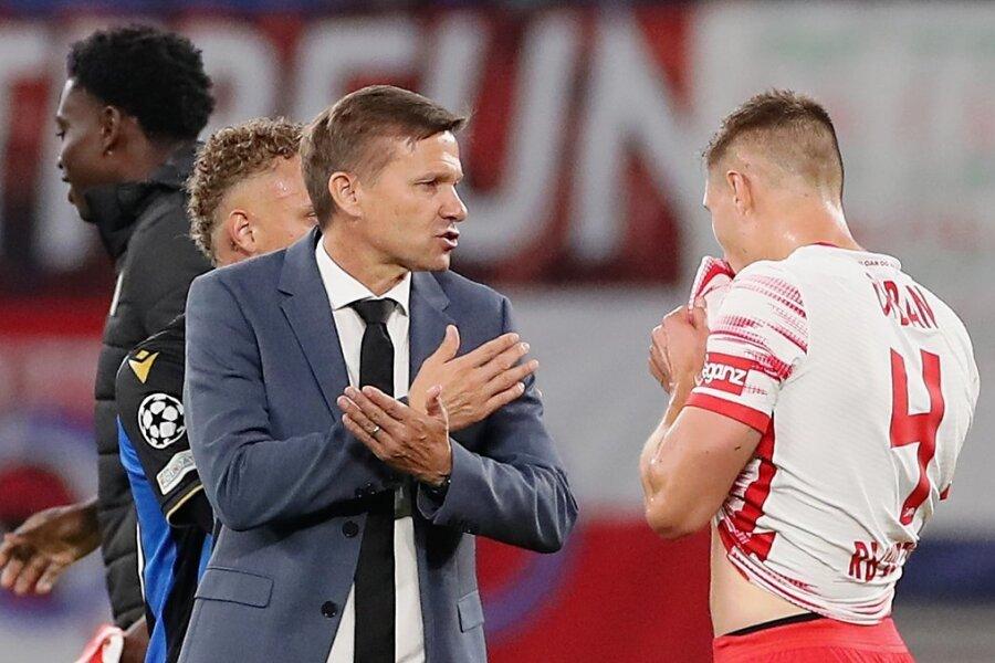 Zufriedenheit sieht anders aus. RB-Trainer Jesse Marsch diskutiert nach dem Abpfiff mit Abwehrchef Willi Orban.
