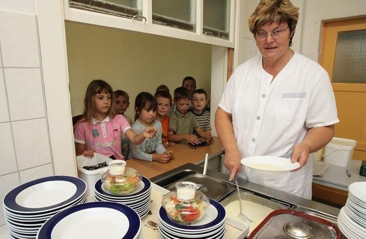 Heidi Lange teilt in der Bad Schlemaer Grundschule Essen aus. 100.000Euro müsste die Gemeinde pro Jahr berappen, um alle Schüler des Kurorts mittags kostenlos zu versorgen.