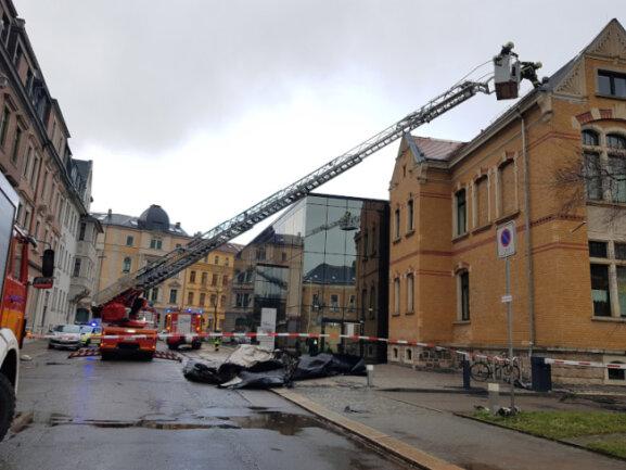Das Dach des Robert-Schumann-Konservatoriums wurde ebenfalls durch die heruntergewehte Dachpappe beschädigt.