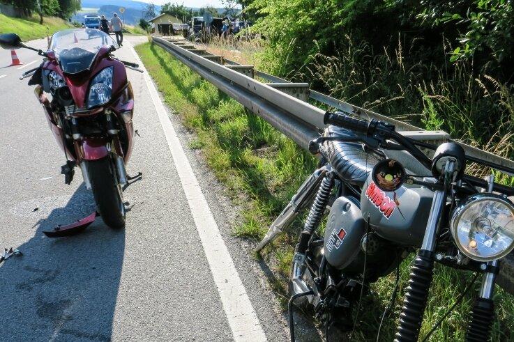 Bei diesem Unfall vor wenigen Tagen auf der B 101 zwischen Raschau und Markersbach wurde die 16-jährige Mopedfahrerin, die nach links abbiegen wollte, schwer verletzt, der Motor aus dem Krad gerissen.
