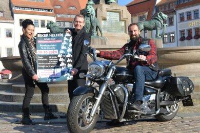 Kati Hofmann (v. l.) von den Nossener Motorradfreunden, Oberbürgermeister Sven Krüger und Kenneth Hädecke, Vorsitzender des Benefiz-Vereins, hoffen auf viele Teilnehmer an der Bikerausfahrt am Sonnabend. Start ist am Freiberger Obermarkt. Die Rundfahrt führt über Freiberg und Brand-Erbisdorf.