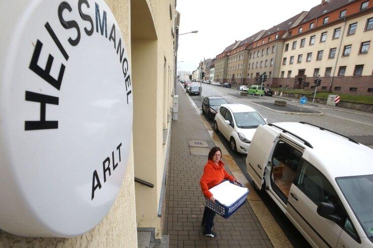 Bisher können Antje Arlt und ihre Heißmangel-Kunden die Fahrzeuge direkt vor dem Geschäft beladen. Hier ist ein Kreisverkehr geplant.