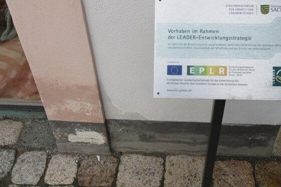 Nässe zieht in die Mauern und der Putz bröckelt am Herrenhof in Erla. Das Objekt wurde erst vor zwei Jahren saniert.