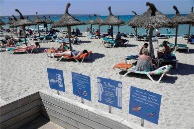 Hohe Ansteckungsraten trotz Hygieneregeln am Strand von Arenal auf Mallorca.
