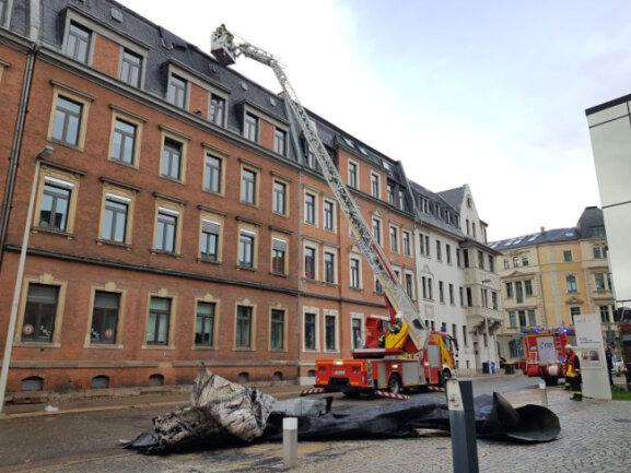 Vom Dach eines Wohnhauses an der Zwickauer Stiftstraße lösten sich Teile des Daches.
