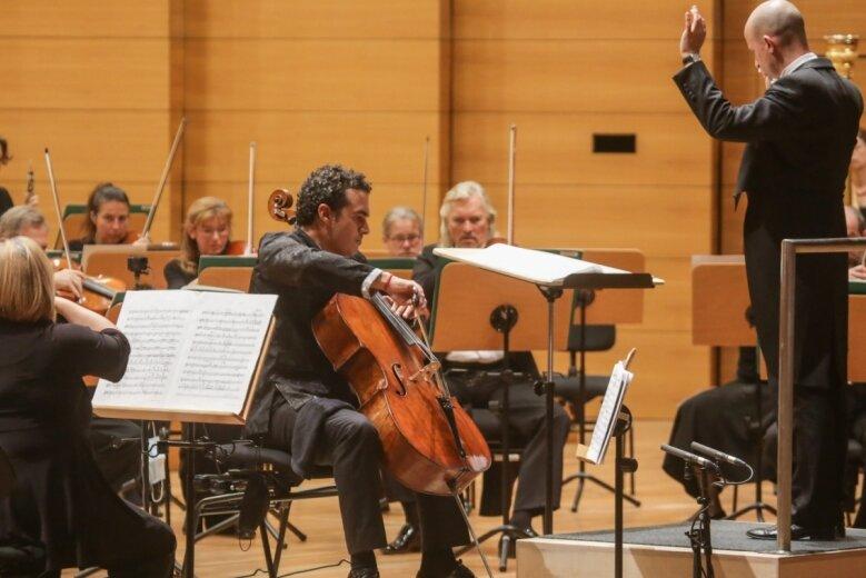 Solist Adolfo Gutiérrez Arenas am Violoncello mit der Robert-Schumann-Philharmonie unter der Leitung von Guillermo García Calvo im großen Saal der Stadthalle am Mittwochabend beim mit sehr viel Applaus bedachten 1. Sinfoniekonzert der neuen Saison.