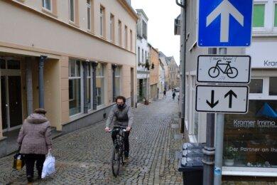 In der Zenkergasse gilt die Einbahnstraßenregelung nur für Autofahrer. Mit dem Rad darf man dagegen in beide Richtungen fahren. Diese Regelung soll Schule machen.
