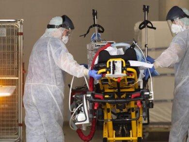 Medizinisches Personal kümmert sich um einen italienischen Corona-Patienten.