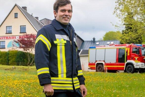 Gemeindewehrleiter Sebastian Hilbert zeigt das Grundstück, auf dem eine Zisterne geplant ist, um die Löschwasserprobleme in Wolfsberg zu beheben. Der Ort ist nicht ans Trinkwassernetz angeschlossen.