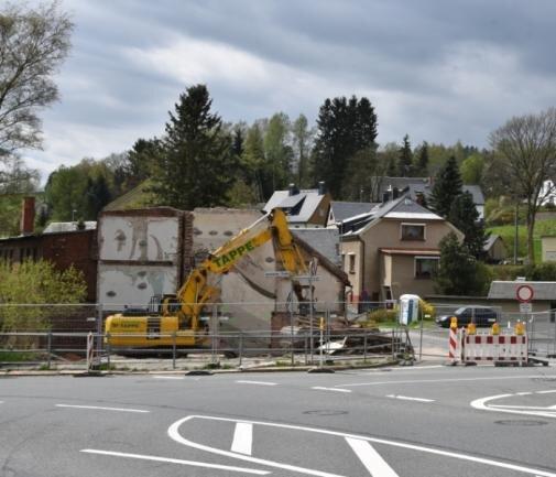 """Am Königsplatz ist das sogenannte """"Scharfe Eck"""" verschwunden. Der Giebel des verbliebenen Hauses wird neu gestaltet."""
