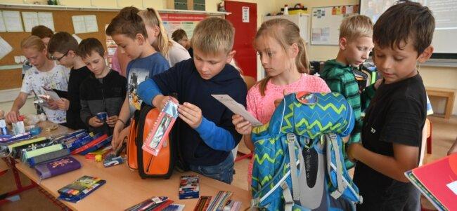 Die Viertklässler der Evangelischen Grundschule in Bräunsdorf haben Stifte, Federmäppchen und andere Schulmaterialien in ihre Ranzen gepackt. Bevor die Kinder die Grundschule verlassen, werden die Ranzen für Kinder in ärmeren Ländern gespendet.