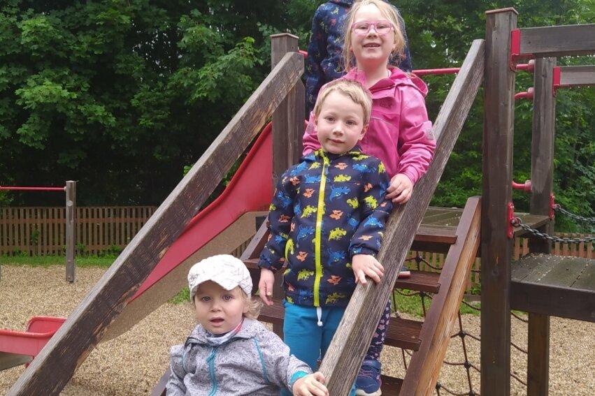 Gabriel, Nick, Jodie und Jakob (von unten nach oben) genossen mit den anderen Kindern die Festwoche in der Kita.