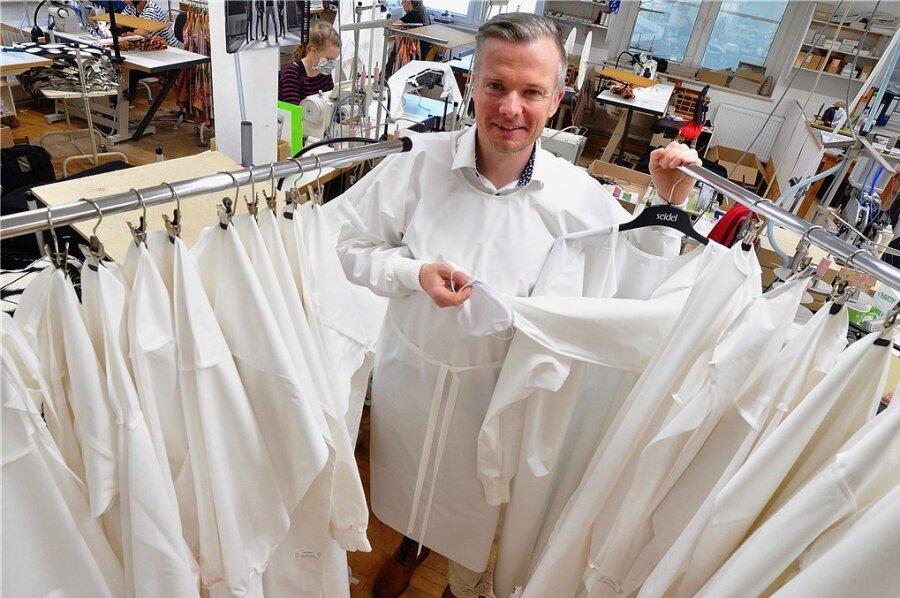 Für wiederverwertbare Schutztextilien wie Kittel und Masken haben sich mehrere sächsische Textilfirmen engagiert. Zu ihnen gehört die Schreiersgrüner Modefirma Seidel. Im Bild Geschäftsführer Axel Seidel.