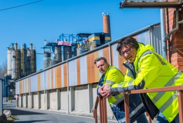 Ende September schließt der Konzern Imerys seinen Standort in Oelsnitz. Noch sind Werksleiter Ulrich Heidenreich (links) und Spartendirektor Andreas Girschik in Oelsnitz vor Ort.