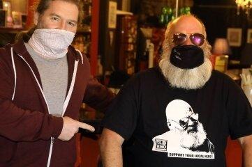 Vereinschef Martin Richtsteiger (links) und Peter Wagner mit dem Soli-T-Shirt.