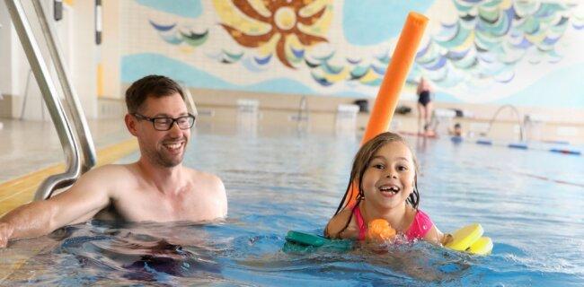 Eine Szene aus dem Schwimmunterricht im HOT-Badeland: Schwimmmeister Thomas Lauterbach mit der sechsjährigen Ronja Kuzarow aus Oberlungwitz bei Übungen im Wasser.