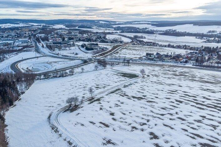Der auszubauende Weg führt vom Kreuz Eicher Spange/neue B 169 am Wald Richtung Rodewisch entlang. Länge: gut einen Kilometer. Rechts im Bild: Rebesgrün.