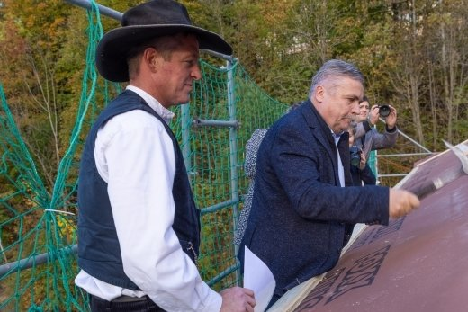 Wie es sich gehört, las Zimmerermeister Heiko Tietze (l.) beim Richtfest den Richtspruch vor. Oberbürgermeister Rolf Schmidt schlug vor den Augen der Handwerker die Richtnägel ein.