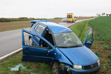 Der VW war nach rechts von der Straße abgekommen und in einem Seitengraben gelandet.