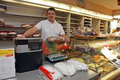 In seiner Bäckerei in Steinpleis bietet Ralf Jubelt seit September auch die Leistungen eines Paketdienstes an. Für die Kunden verschickt er die Weihnachtsstollen nun direkt vor Ort.