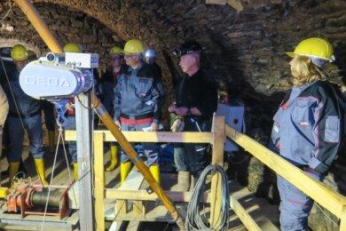 Unter dem Haus Schulgasse 2 in Schneeberg befindet sich ein Schacht. Sachsens Finanzminister Hartmut Vorjohann (2. v. r.) ließ sich die Arbeit der Bergsicherung erklären.