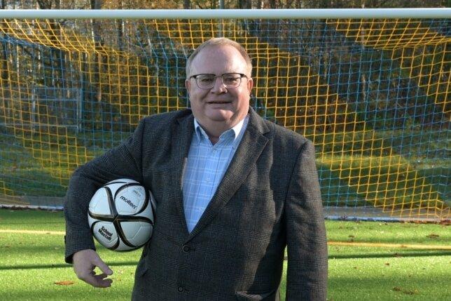 Jörg Prager, der Vorsitzende des Kreisverbandes Fußball Erzgebirge, gibt das Leder in dieser Saison nicht mehr für Punktspiele frei.