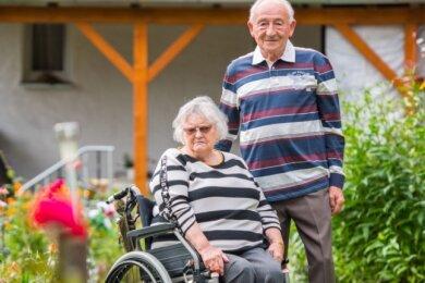 Rollstuhlfahrerin Christine Selig aus Zwönitz hat mit vielen Barrieren zu kämpfen - im Bild ist sie mit Ehemann Klaus Selig.