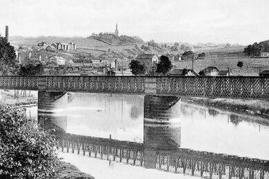 Diese Gitterbrücke führte ab 1855 vom westlichen zum östlichen Muldeufer, wo sich der Bockwaer Sammelbahnhof befand.