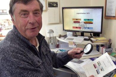 """Das Sammeln von Briefmarken zum Schwerpunktthema """"InternationaleEisenbahnen"""" ist eines der Hobbys von Werner Sieber."""