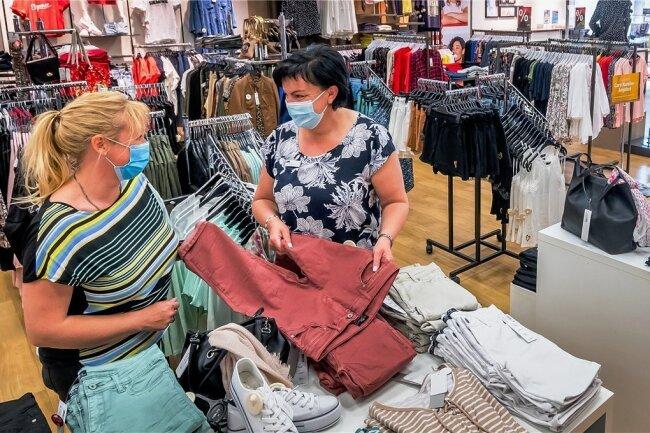 """In der Marienberger AWG-Filiale berät Leiterin Ines Dittrich (Mitte) Kundin Kathleen Müller aus Mildenau. Monique Wünsche schaut sich derweil im Geschäft um. Die Marienbergerin hat das """"Shopping-Gefühl"""" vermisst."""