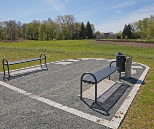Die Ziegelwiese am Schwanenteich in Zwickau wird umgestaltet. Sitzbänke laden nun zum Verweilen ein. Im Hintergrund das Denkmal.