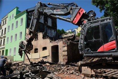 Bereits am Montag war mit dem Abriss des Hauses an der Fritz-Ebert-Straße in Reichenbach begonnen worden, in dem in der Nacht zum Sonntag zwei Bewohner starben. Inzwischen ist klar: Die Bewohner des Nachbarhauses können in ihre Wohnungen zurückkehren. Ein Statiker hat das Gebäude geprüft.