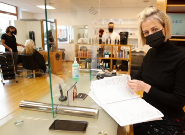 Stefanie Rothe von Mod's Hair am Altmarkt hatte am Montag ihr Geschäft außerplanmäßig geöffnet. Denn ihre Auftragsbücher sind bis Jahresende voll. Um noch einige dieser Kunden vor dem Lockdown zu frisieren, wurde eine Sonderschicht eingelegt.