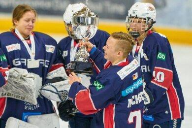 Voller Freude präsentierte die Berliner Kapitänin Anna-Maria Nickisch beim Finalturnier der Frauen-Bundesliga ihren Teamkameradinnen den Pokal für die Vizemeisterschaft.