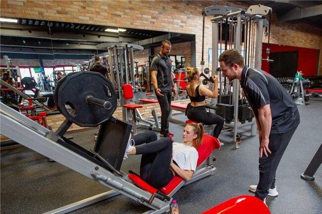 Im Plauener Fitnessstudio Primaklima kann wieder trainiert werden. Die beiden Trainer Andreas Görner (links) und Max Manthey stehen unter anderem Giuliane Bninka und Marie Grossek mit Rat und Tat zur Seite.