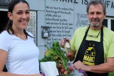 Katja Ellwart kauft regelmäßig bei den Marktschwärmern in Lichtenstein ein und Chef Dietmar Schmidl freut sich über Stammkunden.