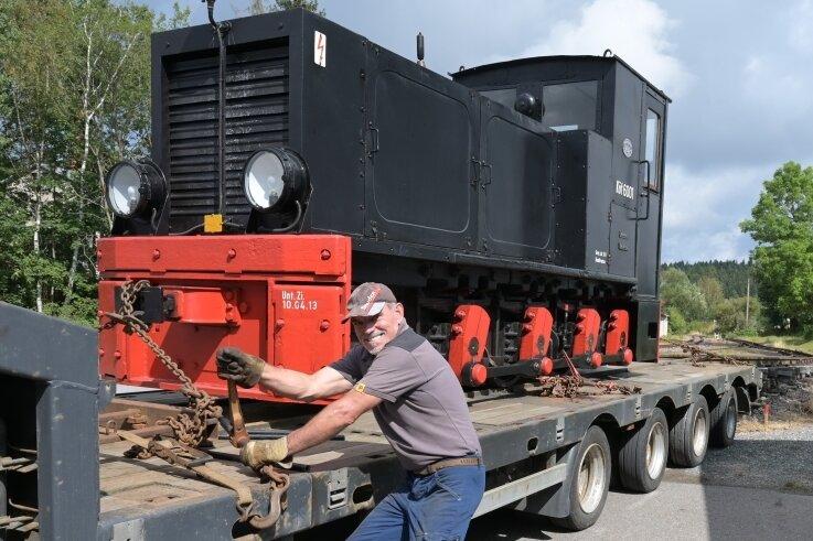 Lutz Schönheider ist für den Transport zuständig gewesen. Er hat die Diesellok 199051 von Marienberg nach Schönheide gebracht und die ausgeliehene Köf 6001 wieder nach Zittau.