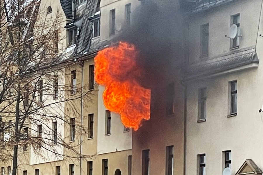 Am Dienstag gegen 13 Uhr ereignete sich an der Hohen Straße gegenüber dem Netto-Markt in Netzschkau ein Wohnungsbrand. Die Flammen schlugen meterhoch aus einem Fenster im ersten Obergeschoss.